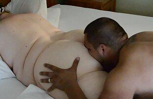 Egy férfi csavar egy fekete szex filmek videok nő, fehér ruha a kanapén,