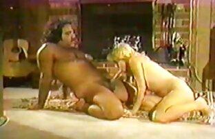 Szőke mutatja ki a testét, majd elkezdi maszturbálni, pornó filmek online punci