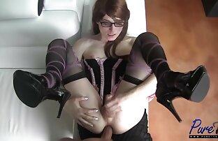 Szemüveges férfi köpött egy hazi porno videok fehér blézert viselő lányra