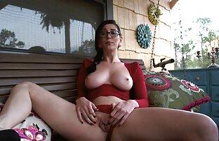 Néger egy, fehér cipő szélén az ágy a szex és pornó videók vaginájában, maszturbáció