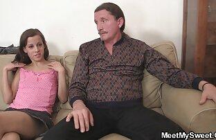 Vékony, cserzett nő családi dugások veszi le rövidnadrág, majd rázza a kenyeret az arcon, a fiatalok