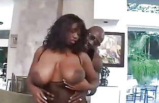 Fekete amatörszexvideo maszk ül egy férfi arcát, miközben az ember a többi lány