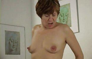 Anya a szobában, riasztó szopni a rejtett kamerás sex video férfi péniszét a nappaliban