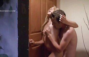 Egy nő levétele a folyosón, azt mutatja, hogy nem szex videók letöltése lehet borotválkozni.