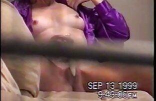 A kanapén, egy Co-ban, egy körömmel a jobb rejtett kamerás szex videók keze tenyerét a lányok seggébe szorította