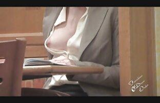 Egy férfi bilincsben Anális egy anya dugos videok ül az arcán