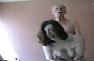 Két ember szex video online lát egy holló lyukat a nappaliban